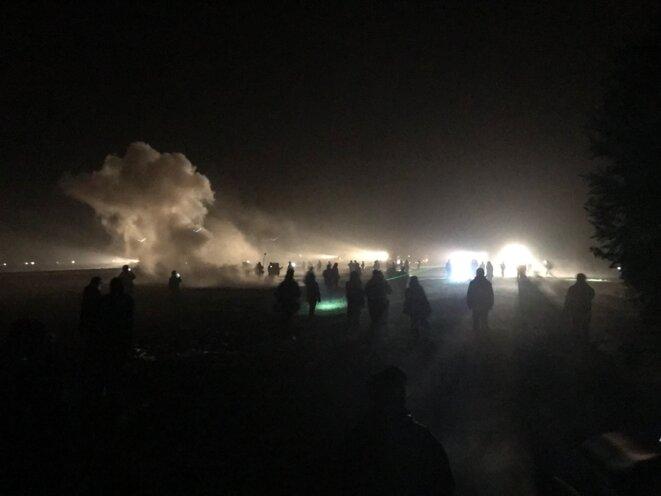 Sur le chemin de Suez, lundi avant l'aube. Une barrière anti émeutes coupe la route et la police fait face aux zadistes sur un champ à côté. © Christophe Gueugneau