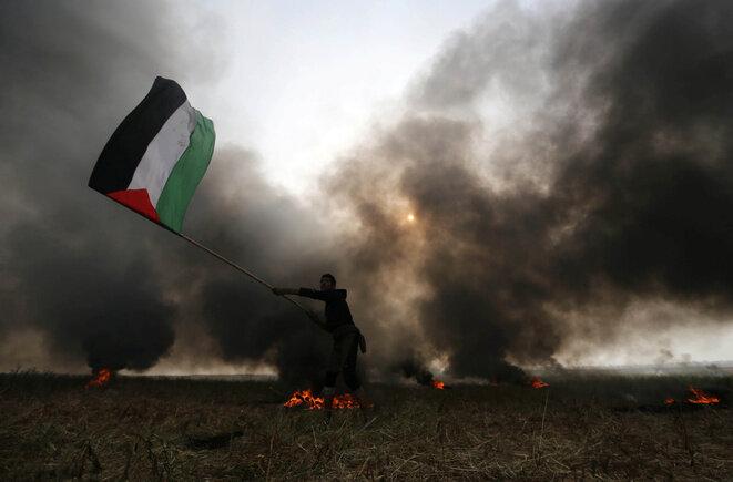 Un manifestante palestino el 5 de abril de 2018 en el sur de la Franja de Gaza. © Reuters / Ibraheem Abu Mustafa