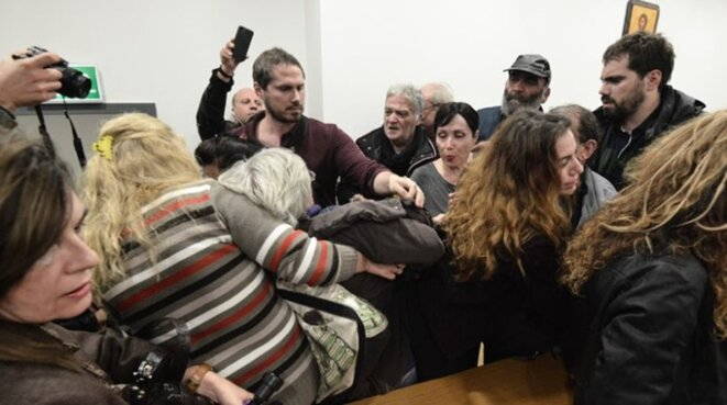 Les militants font irruption dans les tribunaux