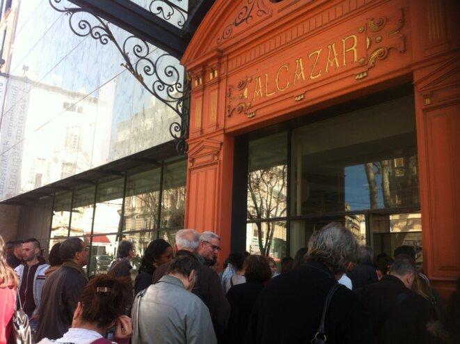 Des usagers patientent devant la bibliothèque de l'Alcazar qui n'ouvre qu'à 11 heures le matin. © LF