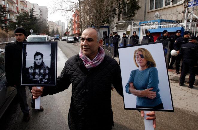 Un manifestant en Turquie brandit les portraits de Rémi Ochlik et de Marie Colvin en février 2012 pour dénoncer les meurtres de journalistes par le régime d'al-Assad © Reuters