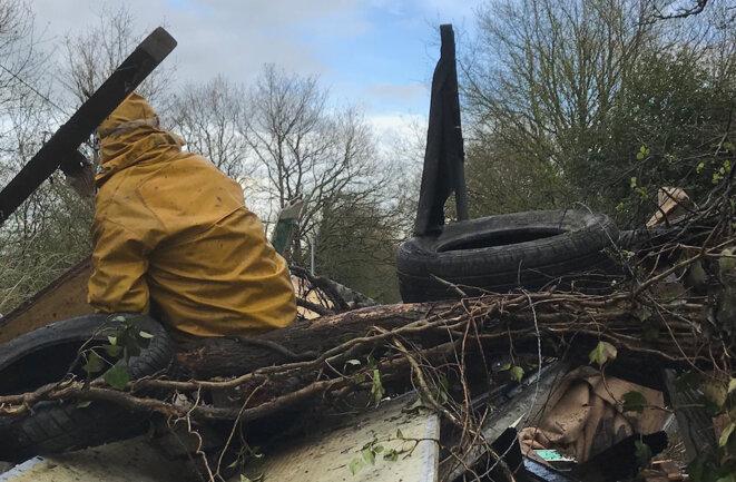 Un zadiste prend la pose au sommet d'une barricade, le 10 avril. © CG