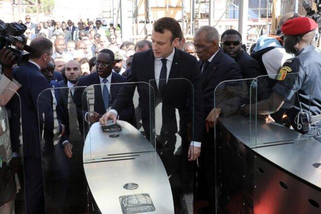 Emmanuel Macron et le président du Sénégal, Macky Sall, en visite à la gare TER de Dakar, le 2 février 2018. © Reuters
