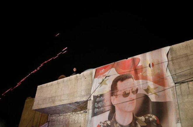 Bachar al-Assad s'affiche sur un mur de Damas, le 8 avril 2018. © Reuters