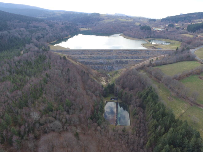 Site AREVA des Bois Noirs : vue depuis la vallée de la Besbre : station de traitement des eaux et de la digue du grand bassin (1,3 millions de tonnes de résidus radioactifs au fond du grand bassin) © CRIIRAD et Collectif des Bois Noirs