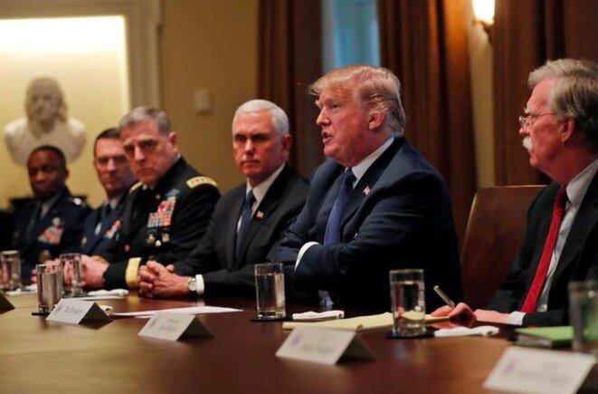Donald Trump rodeado por el vicepresidente Mike Pence, John Bolton y miembros del Estado Mayor, el lunes 9 de abril en la Casa Blanca. © Reuters