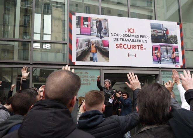 Monique Dabat (Sud Rail) met au vote la grève reconductible, à l'AG à la gare du Nord, le 13 avril. © D.I.