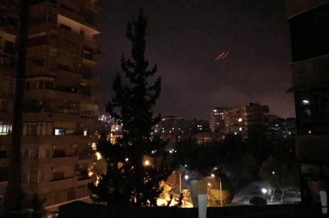 Des tirs antiaériens sont observés au-dessus de Damas, en Syrie, samedi 14 avril 2018. © REUTERS/Feras Makdesi