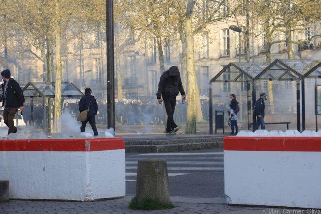 Manifestant de la manif à Nantes, samedi 14 avril. Notez bien le nombre de CRS derrière lui.. © Maria del Carme Balaguero Oliva