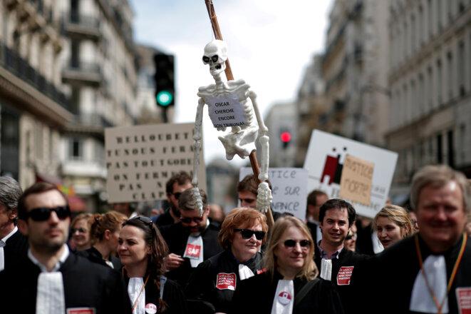 Le 11 avril à Paris, les professionnels manifestent contre la réforme. © Reuters