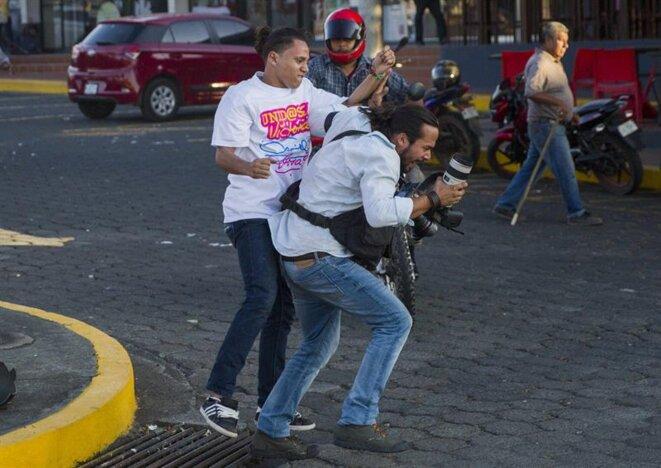 Agression contre un photographe de l'agence AP © Jorge Torres