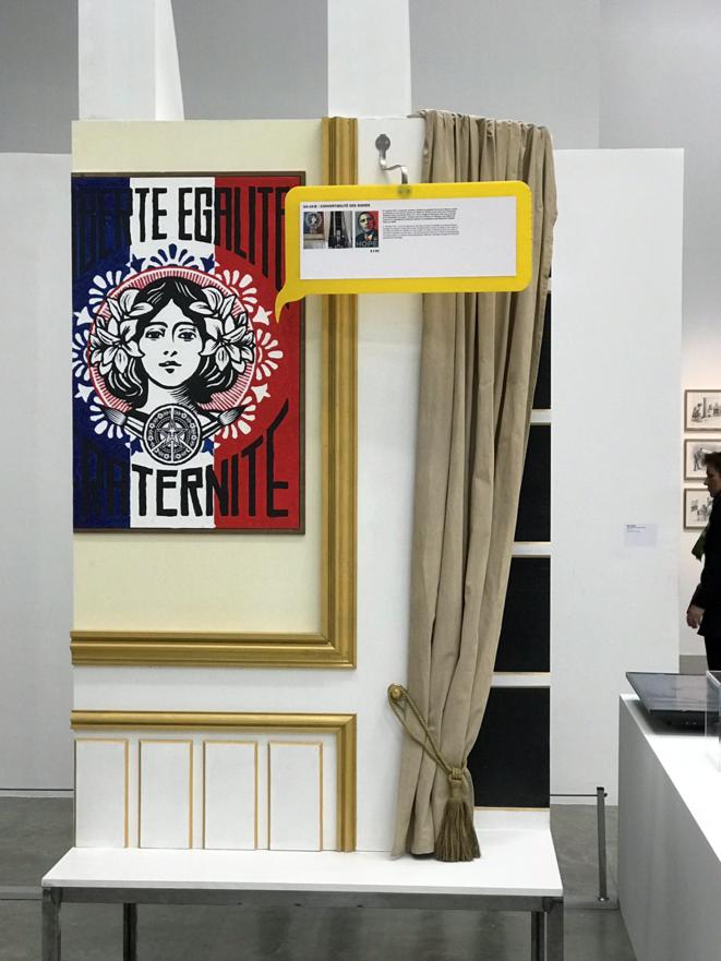 Reproduction du bureau et de l'affiche devant laquelle le Président Macron aime se faire interviewer, exposition Musée de Tokyo [Photo YF]