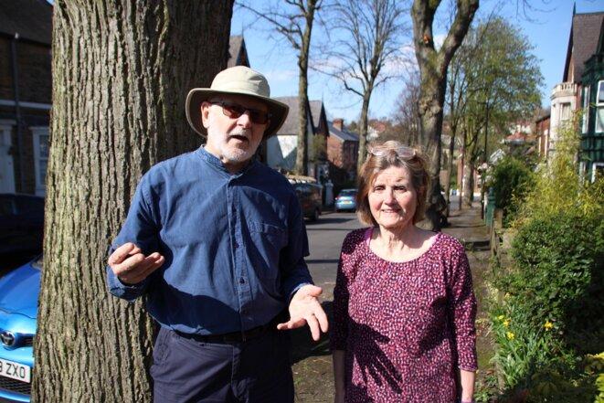 Maggie pose avec Chris Rust devant «son» arbre. © A. A.