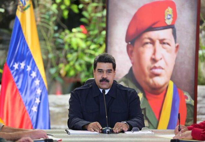 Nicolás Maduro devant un portrait de Hugo Chávez. © Reuters
