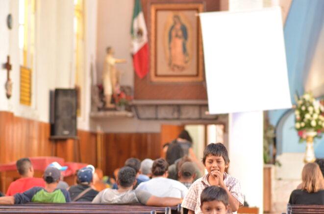 Un groupe d'exilés centro-américains se renseigne, avec l'aide d'avocats de l'ONG Pueblos sin Fronteras, sur leurs chances d'obtenir l'asile au Mexique © Clément Detry