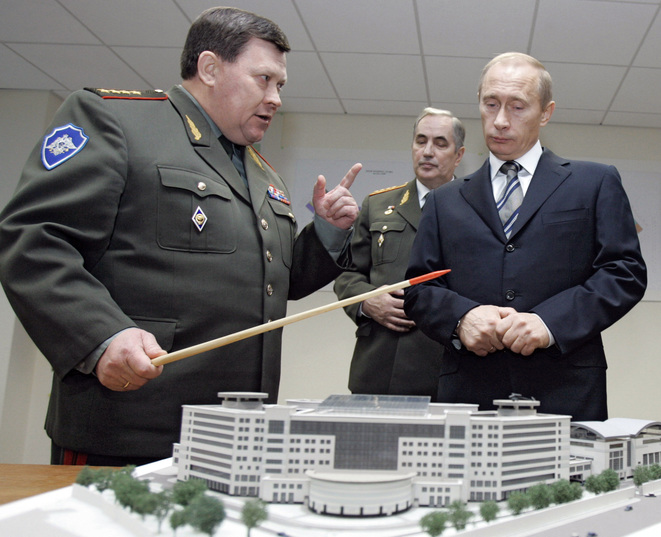 Lors d'une visite au quartier général du service de renseignement militaire russe, en 2006, Vladimir Poutine écoute les représentants du GRU. © Reuters/Itar-Tass/Service de presse présidentiel russe