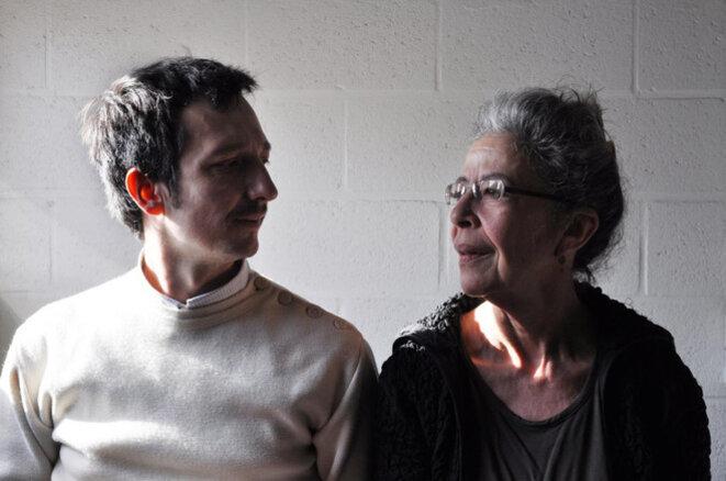 Deborah Hay accompagnée de Laurent Pichaud, collaborateur et traducteur. Celui-ci lui signe en retour un duo intitulé Indivisibilités © Thomas Bernardet