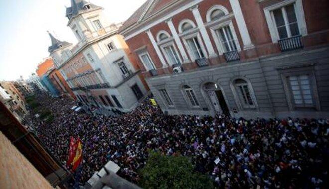 Miles de personas protestan frente al Ministerio de Justicia, Madrid, 26 de abril de 2018. © infoLibre