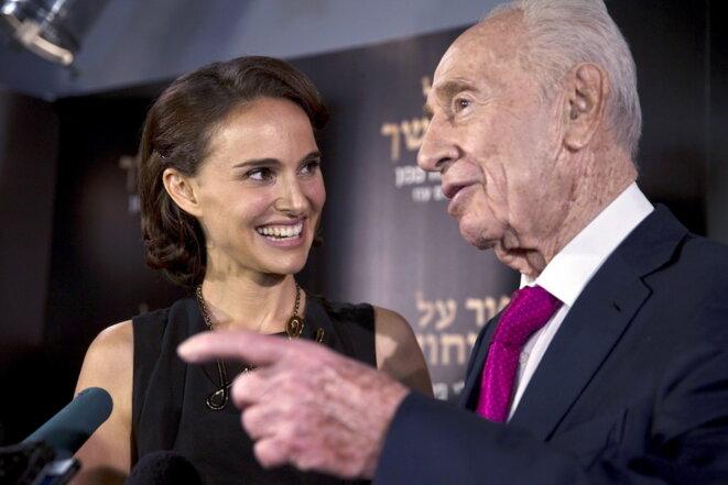 Natalie Portman en compagnie de l'ancien président d'Israël Shimon Peres lors de la première de son film «Une histoire d'amour et de ténèbres» à Jérusalem en 2015. © Reuters