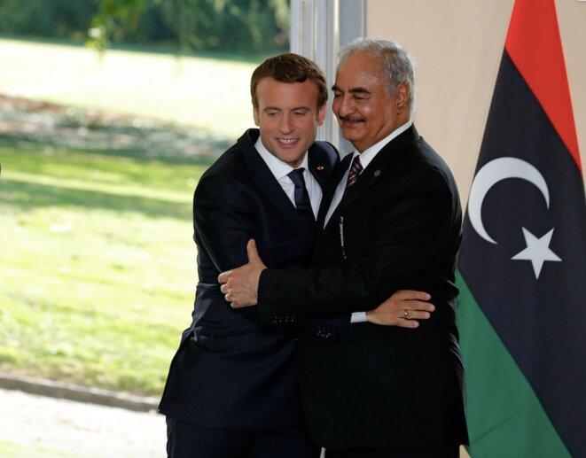 Emmanuel Macron et le maréchal Haftar, le 25 juillet 2017, à la Celle-Saint-Cloud lors d'un sommet franco-libyen. © Reuters