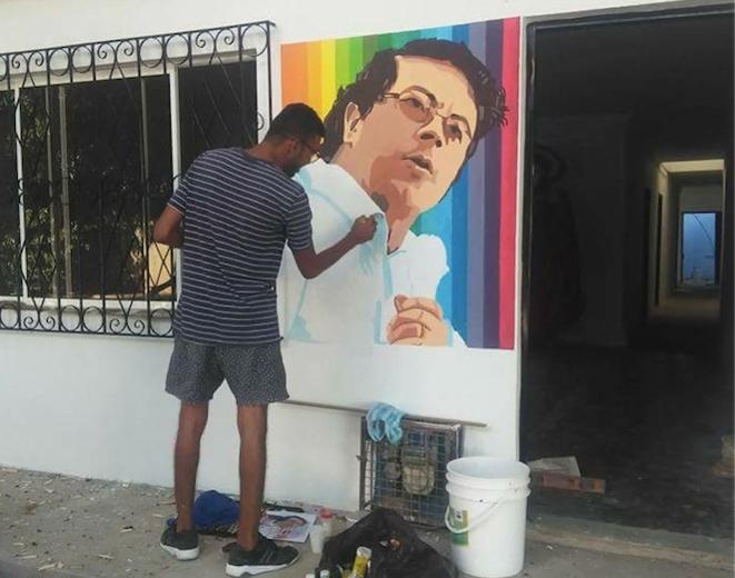 A El Banco, village du Magdalena, sur la Côte Caraïbe, un homme fait une fresque de Gustavo Petro