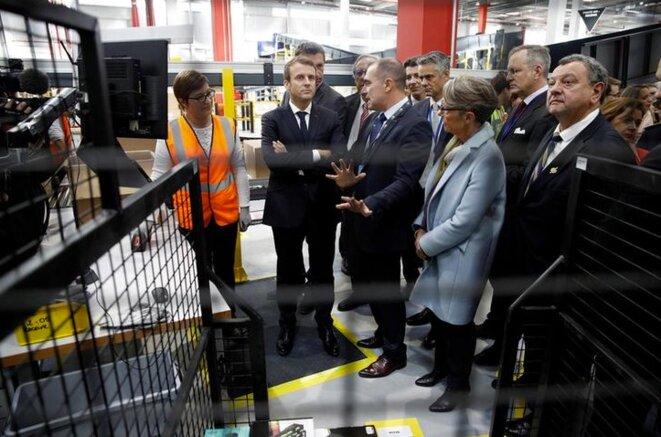 Emmanuel Macron en visite dans une usine d'Amazon près d'Amiens, le 3 octobre 2017. © Reuters