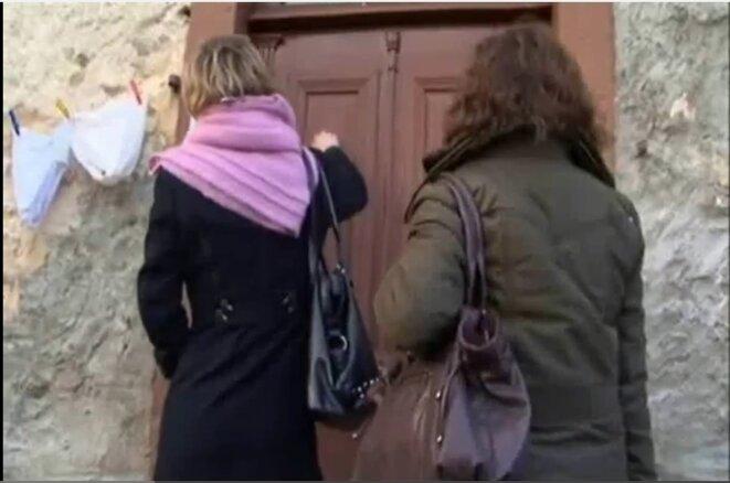 """« Une juge et sa greffière se présentent chez vous », """"Tutelles, nos parents spoliés ?"""", documentaire d'Alexandra Riguet [capture d'écran]"""
