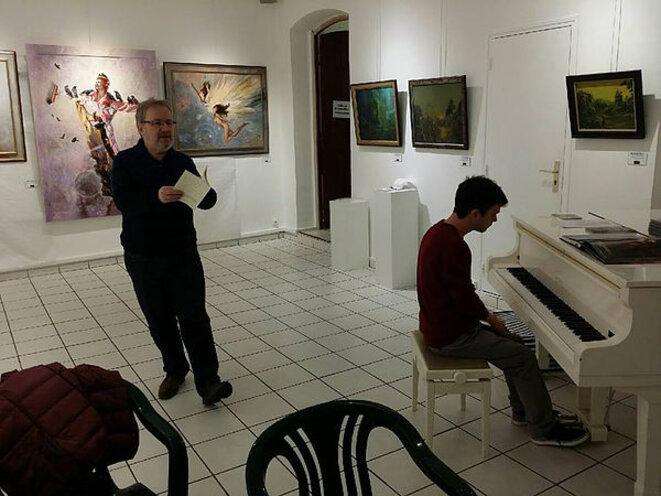 Eric Dubois, lisant sa poésie et Miguel Coelho compositeur et instrumentiste ( au piano) . La photo a été prise à l'Espace Christiane Peugeot, Paris en 2017. © https://www.miguelcoelho-musiqueetpoesie.com/musique