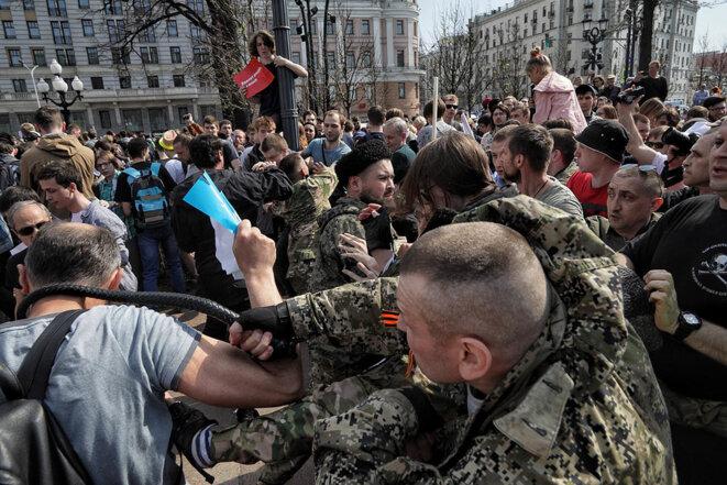 Un cosaque frappe un manifestant © wa