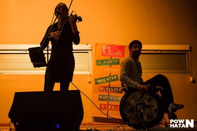 Le Slameur Damien Kalune et Anaïs Laffon au chant et au violon © Pow.Hatan31