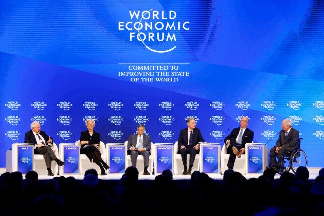 Christine Lagarde (FMI), Haruhiko Kuroda (banque du Japon), Philip Hammond, ministre britannique des finances, Larry Fink (BlackRock) et Wolfgang Schäuble, ministre allemand des finances, à Davos en 2017. © Reuters © Reuters