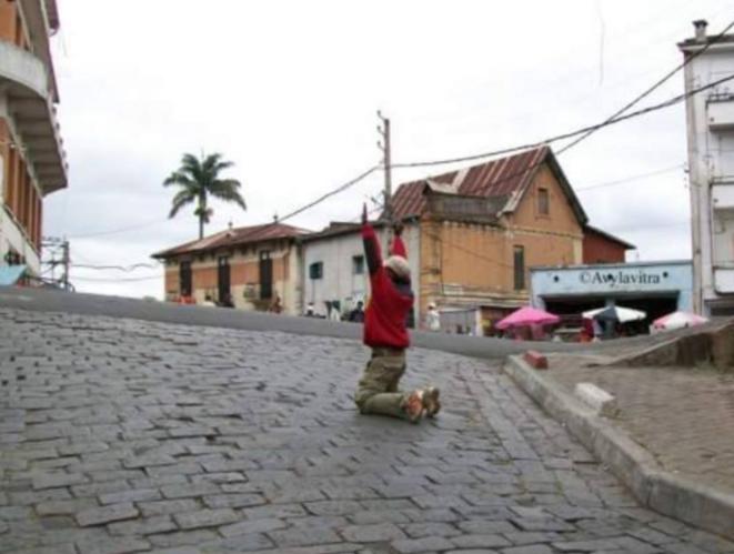 Un passant s'incline devant les armes pointées sur lui. Photo prise lors des événements de 2009 © Erika Cologon Hajaji
