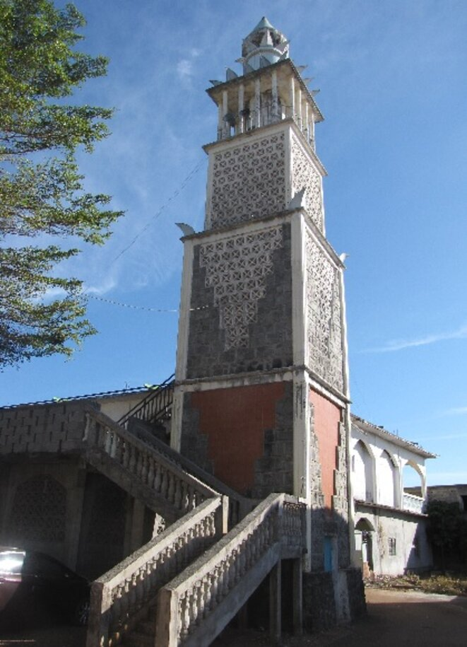 Minaret de la mosquée de Tsingoni, plus ancienne mosquée de France © Damien Gautreau