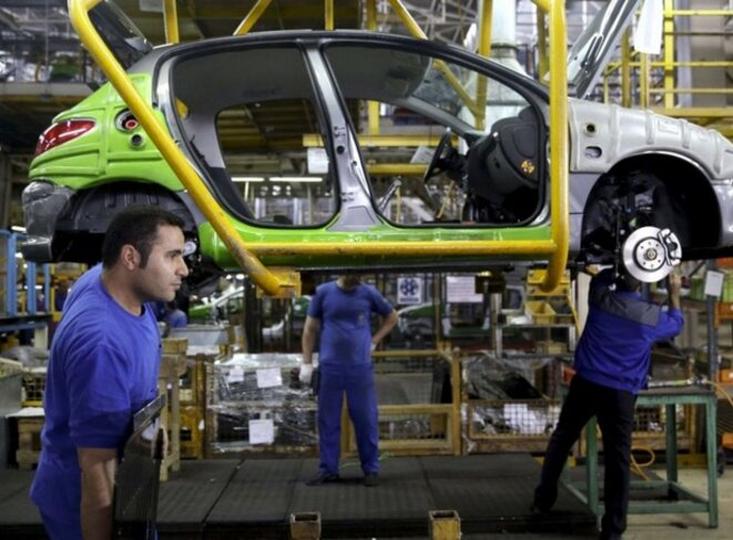 Ligne de production de 206 Peugeot en Iran. © DR