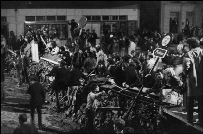 9 mai 1968, derrière leurs barricades montées au cœur du quartier latin à Paris, étudiants, lycéens et jeunes ouvriers attendent le résultat des négociations avec le pouvoir gaulliste. © DR