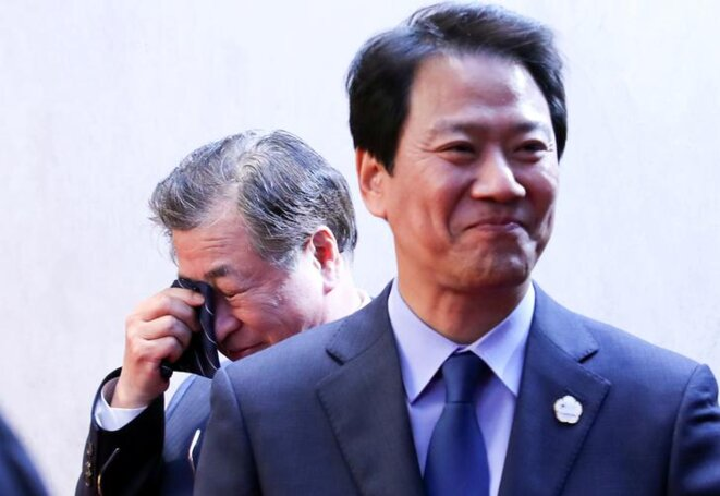 Au deuxième plan, en larmes, Suh Hoon, chef de l'espionnage sud-coréen, photographié lors du sommet Nord-Sud du 27 avril 2018.