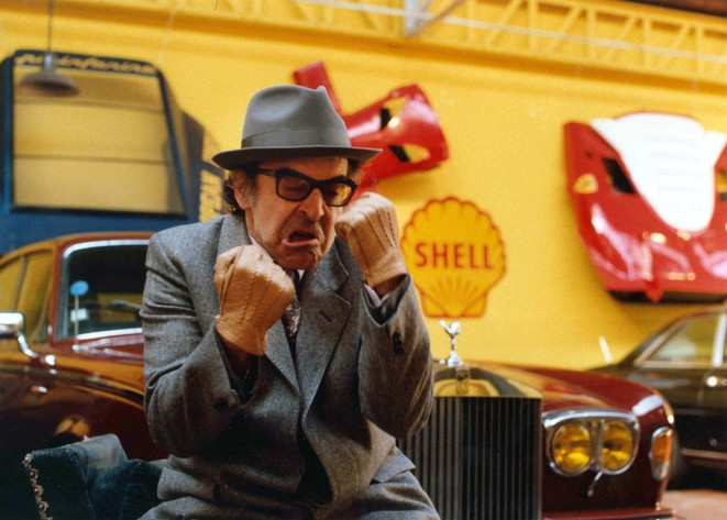Jean-Luc Godard montrant les poings, dans son film «Soigne ta droite » (1987).
