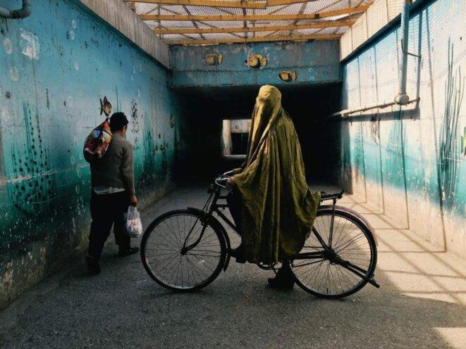 Il est interdit pour les femmes afghanes et iraniennes de faire du vélo. Photographie © Fatimah Hossaini