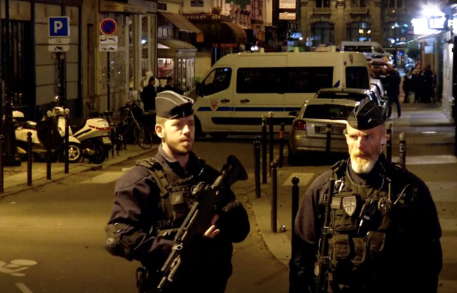 Police stand guard on the rue Monsigny after the attack on Saturday evening. © Reuters TV
