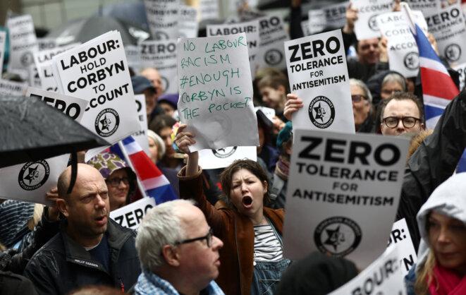 Des militants dénoncent ce qu'ils perçoivent comme l'antisémitisme de Jeremy Corbyn, lors d'un rassemblement devant le siège du Labour à Londres le 8 avril 2018. © Reuters/Simon Dawson