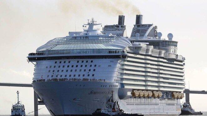 Le « Symphony of the Seas », du croisiériste américain Royal Caribbean, le nouveau plus grand paquebot du monde. © Reuters