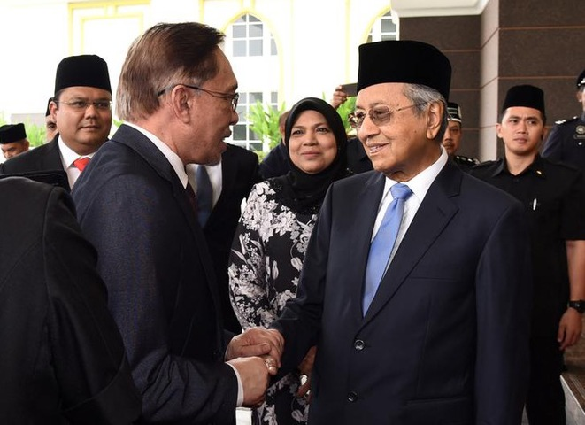Anwar Ibrahim et Mahathir Mohamad, à Kuala Lumpur, en Malaisie, le 16 mai 2018. © Reuters