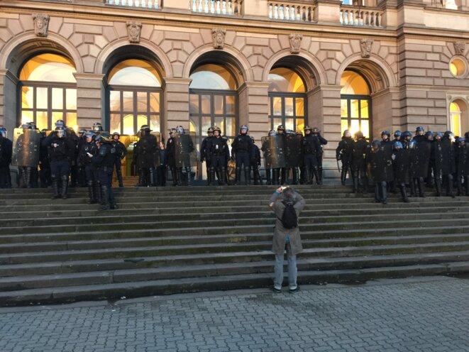 Strasbourg-Palais universitaire-CRS après évacuation du 4 avril © Pascal Maillard