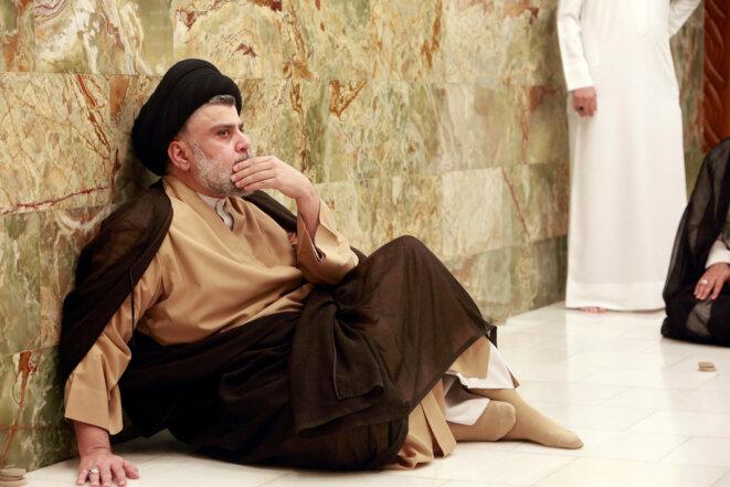 Moqtada al-Sadr, dans le tombeau de son père, juste après l'annonce des résultats des élections lundi 14 mai 2018. © Reuters
