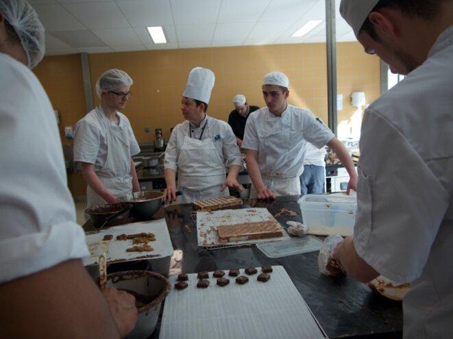 Dans le CFA de Meaux en région parisienne, les apprentis pâtissiers travaillent le chocolat. © Mathilde Goanec