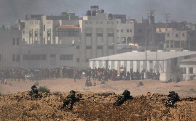 Les soldats israéliens en position de tir face aux manifestants à l'intérieur de l'enclave de Gaza, lundi 14 mai 2018. © Reuters