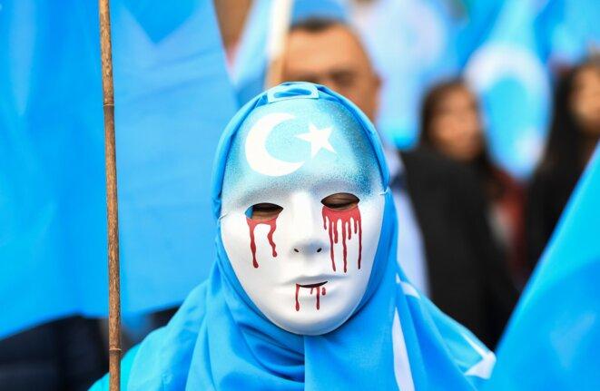 Les manifestants exigent que la Chine respecte les droits de l'homme dans leur région du Xinjiang et qu'il libère les membres de la minorité ouïghoure détenus dans de prétendus centres de rééducation, à Bruxelles en avril. © CreditEmmanuel Dunand/Agence France-Presse — Getty Images