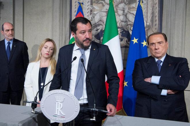 Matteo Salvini pendant les discussions pour la formation d'un gouvernement, le 7 mai 2018. Avec ses deux partenaires des élections du 4 mars : Giorgia Meloni, dirigeante de l'autre parti d'extrême droite Fratelli d'Italia, et Silvio Berlusconi, pour Forza Italia © Reuters