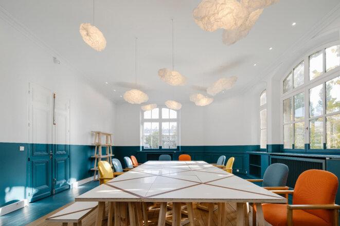 Le mobilier d'ExtraMuros pour les Canaux a été réalisé à partir de déchets de la ville de Paris, et 95% des déchets du chantier a été valorisé dans le projet (Moe : direction du Logement et de l'habitat de la ville de Paris) © ExtraMuros