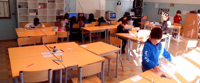 Des élèves parfaitement autonomes durant une récréation. Certains bricolent, travaillent à des projets personnels, d'autres jouent à l'ordinateur, lisent, ou continuent leur travail personnel (sur plan de travail)...
